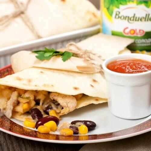 Тортильи по-мексикански с куриным филе, фасолью и кукурузой
