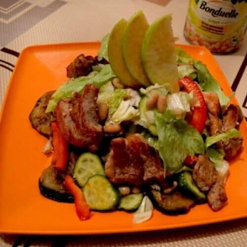 Теплый салат со свининой, баклажанами и фасолью