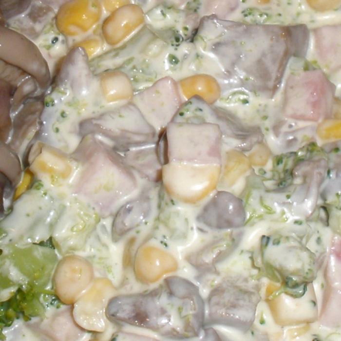 Салат с брокколи и пикантным соусом