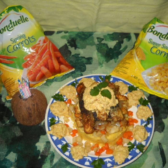 Рыба (рыбные палочки) под кукурузным соусом на овощной подушке с полентой