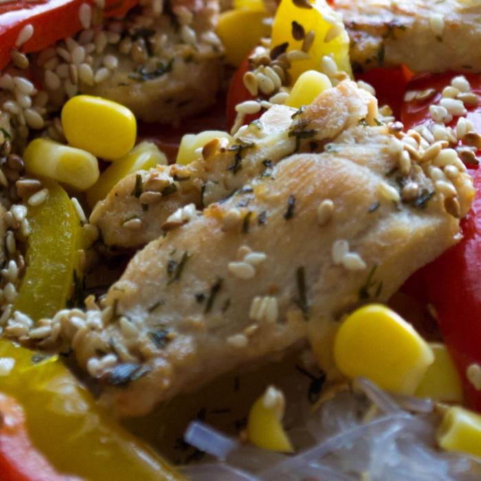 Теплый салат с рисовой лапшой и курицей