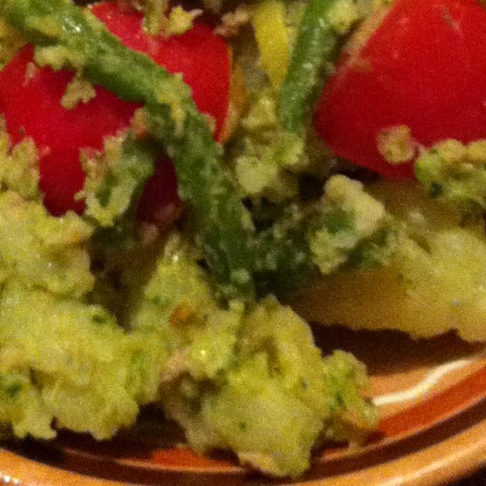 Горячий салат из картофеля с соусом песто
