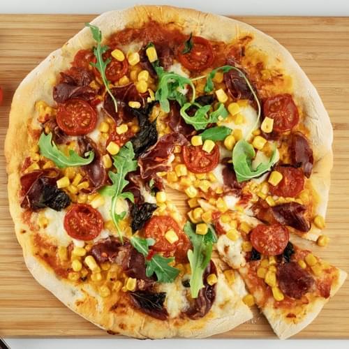 Пицца со сладкой кукурузой, перцем чили и колбасой копа