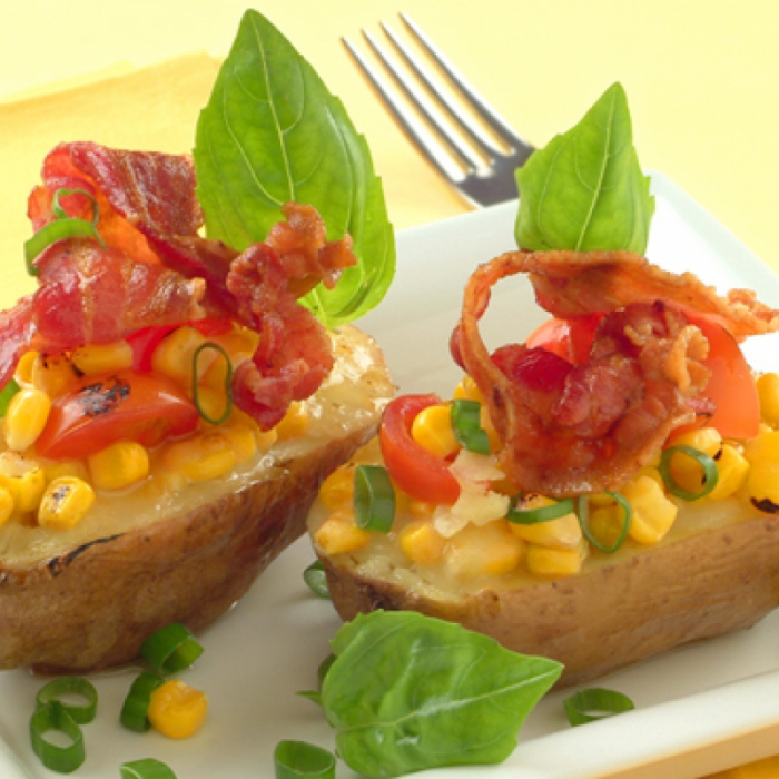 Картофель, фаршированный сыром моцарелла, кукурузой и беконом