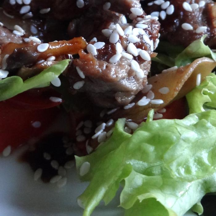 Говядина с кунжутом, соевым соусом и овощами