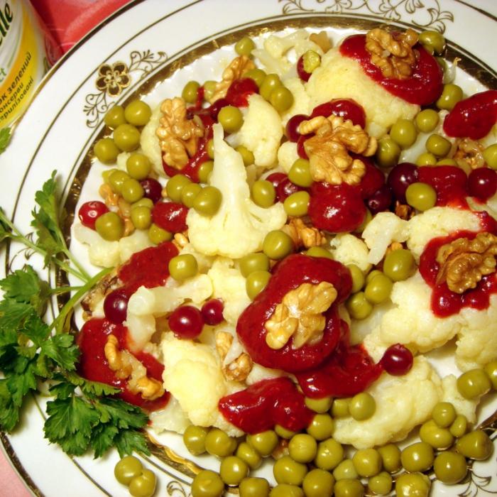 Теплый салат с зеленым горошком