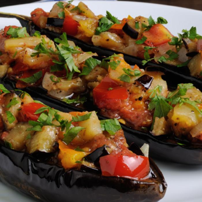 Салат из жареных баклажанов, лука и помидоров