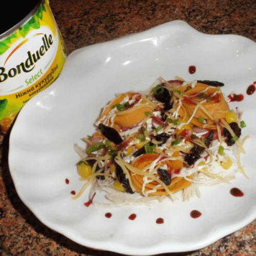 М'ясний салат з ніжною кукурудзою та омлетом під гранатовим соусом