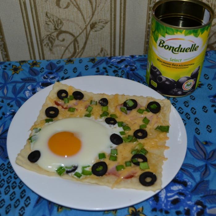 Яєчня з маслинами на листковому тісті