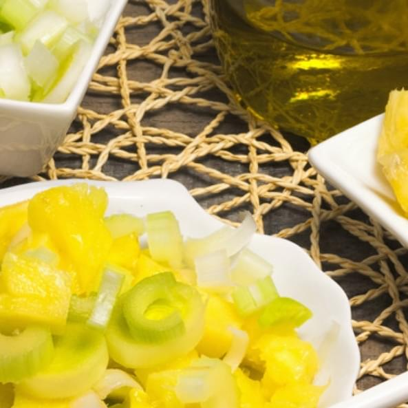 Солодкий салат з ревеню і карамелізованих білих груш