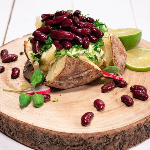 Запечена картопля із червоною квасолею і кремом з авокадо