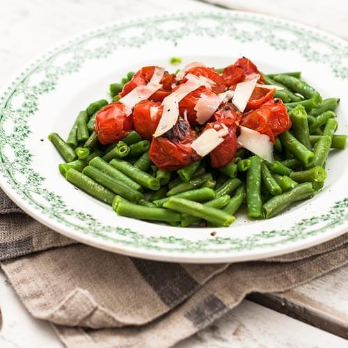 Зелена стручкова квасоля з помідорами тапармезаном