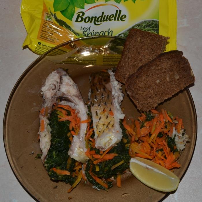 Риба зі шпинатом та морквою